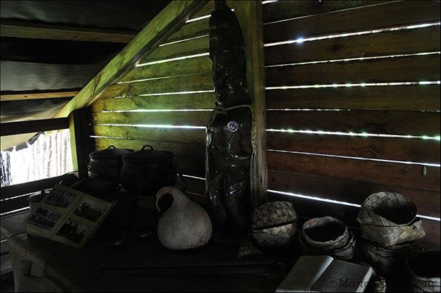 Artesanía maorí custodiada por un antepasado representado en una escultura de madera