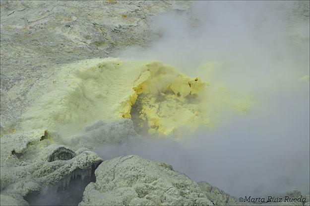 El ácido sulfúrico emana del suelo de la isla