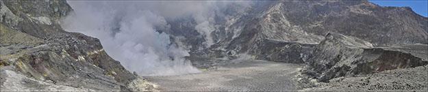 Gran lago formado en el centro del cráter de donde sale continuamente vapor