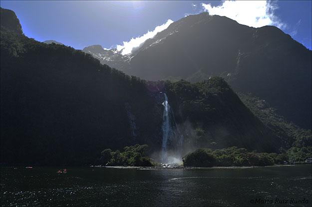 Una de las innumerables cascadas de Milford Sound