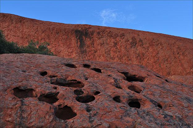 Agujeros en la roca donde se almacena el agua de la lluvia