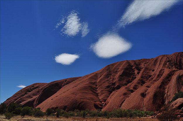 La majestuosidad de Uluru acorde con el cielo australiano