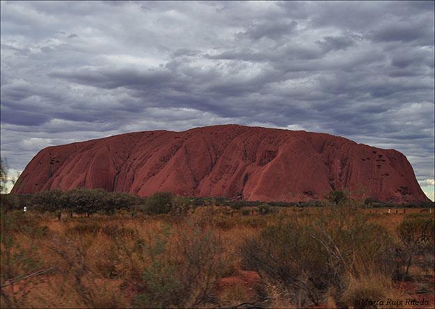 Uluru durante una puesta de sol atípica