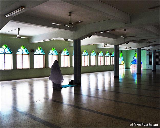 Mujer rezando en la mezquita. Jalan Masjid en Little India