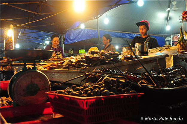 Pescado fresco en el mercado nocturno de Kota Kinabalu