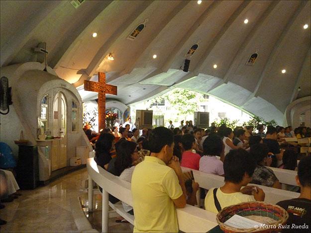 Misa en una iglesia dentro de un centro comercial de Manila