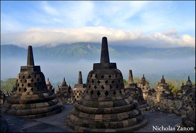 Borobudur durante las primeras horas del día, la bruma y la luz del ambiente resaltan este lugar sagrado