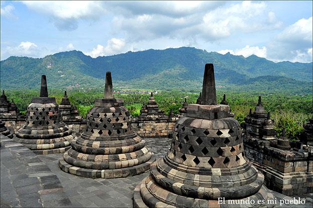 En uno de los niveles superiores se observa la belleza natural que rodea el Templo