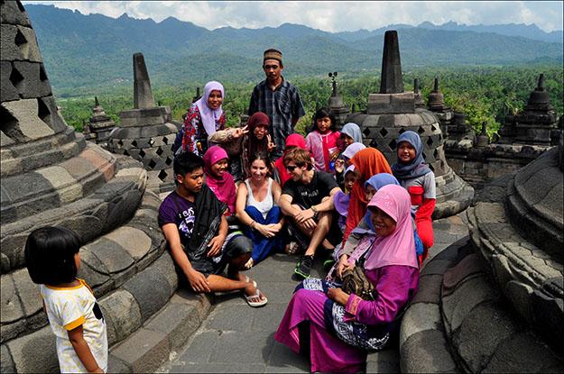 Los jóvenes indonesios se mueren por una foto con los occidentales