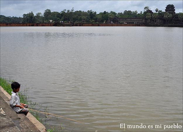 A pesar del turismo, los niños siguen entreteniéndose pescando en el lago