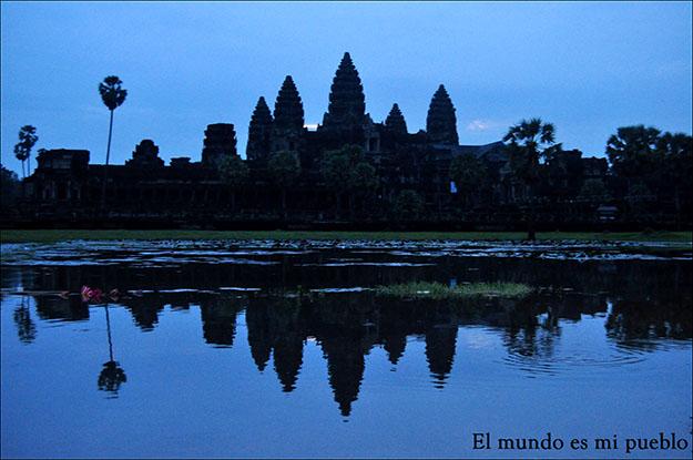 Angkor Wat en un amanecer nublado