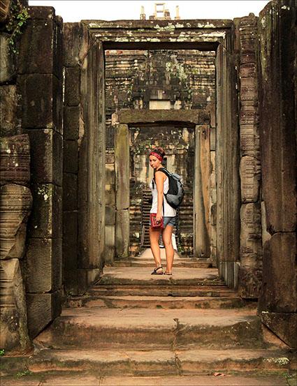 Recorriendo los pasillos de uno de los templos de Angkor