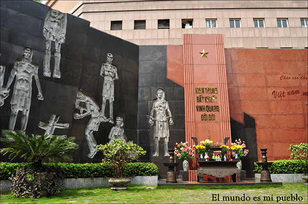 Patio conmemorativo en la prisión de Hoa Lo en Hanoi