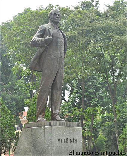 Estatua de Lenin en un parque de Hanoi