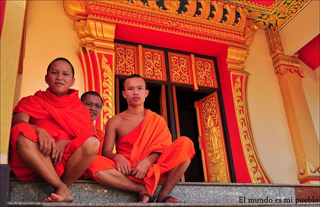 Jóvenes monjes en un templo de Vientiane, Laos